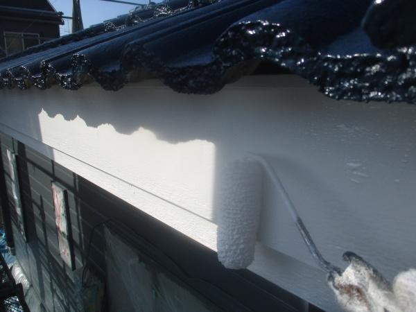 破風板の仕上げ塗り中です