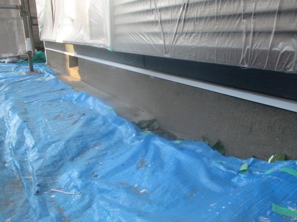 土台水切りの中塗りが終了しました