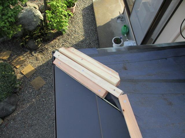 棟板金の貫板を取りつけました