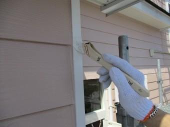 外壁の板金部分にさび止め塗装中です