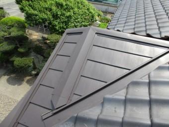 重ね葺きした板金屋根をタッチアップしました