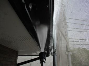 軒樋と破風板金の洗浄中です