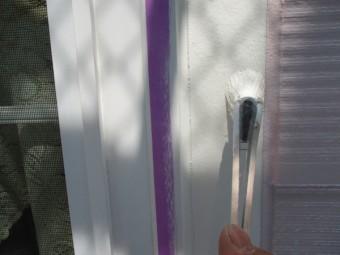 窓枠上塗り中です