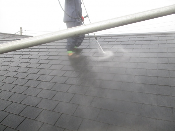 スレート屋根の洗浄中です