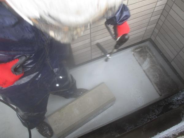 ベランダ床の洗浄中です