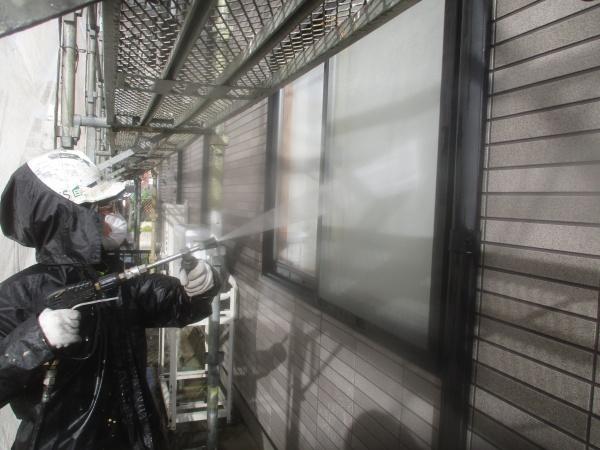 窓周りの洗浄中です