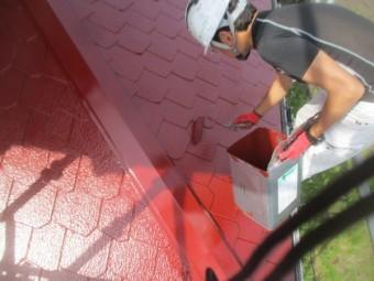 下屋根ローラー塗装中です