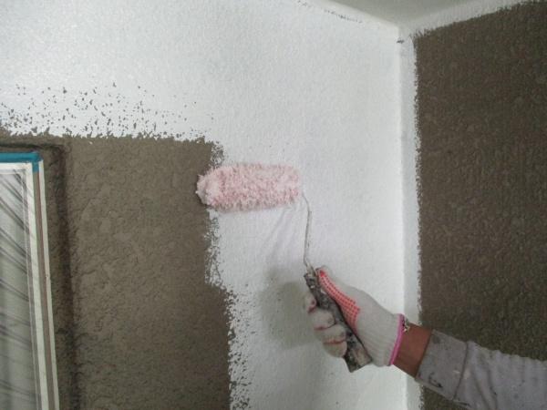 外壁の下塗り塗装中です
