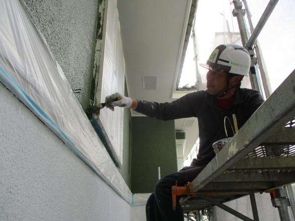 窓枠周り刷毛塗装中です