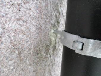 縦樋金具を取り付け防水処理しました