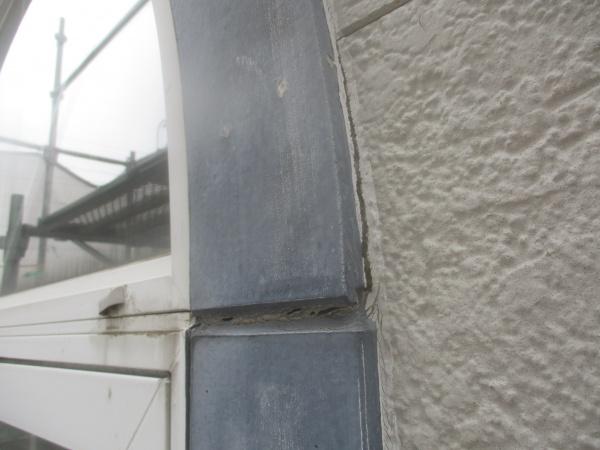 洗浄前の外壁シーリングの状態です