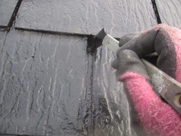 スレート屋根の中塗り刷毛塗装中です
