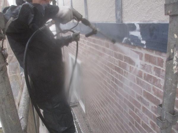 1階レンガ調外壁の洗浄中です
