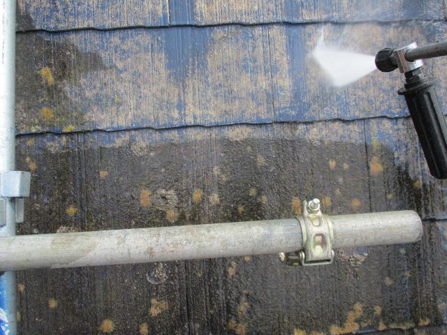 コロニアル屋根材の洗浄中です