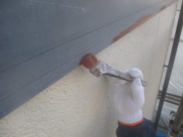 幕板の下塗り刷毛塗装中です