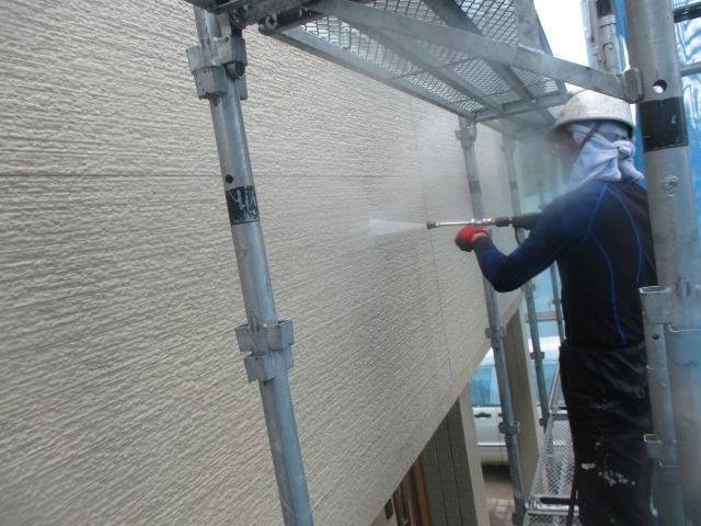 ベランダの外壁の洗浄中です