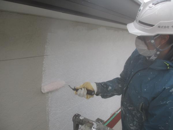 ALC吹付外壁の下塗り中です