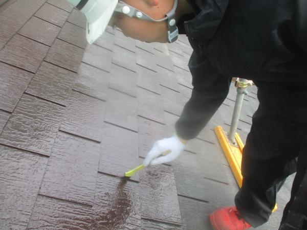 下屋根の刷毛塗装中です