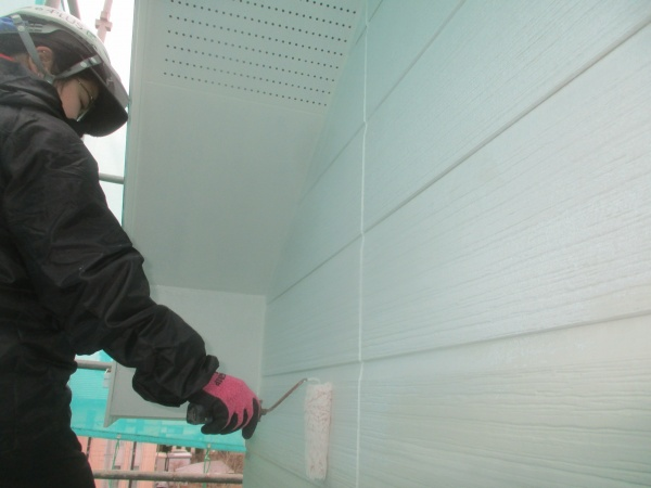 外壁下塗り塗装中です