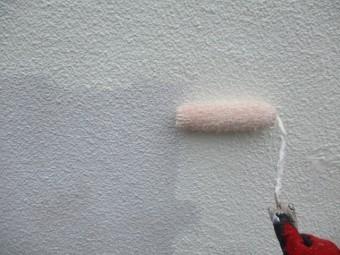 中塗りのローラー塗装中です
