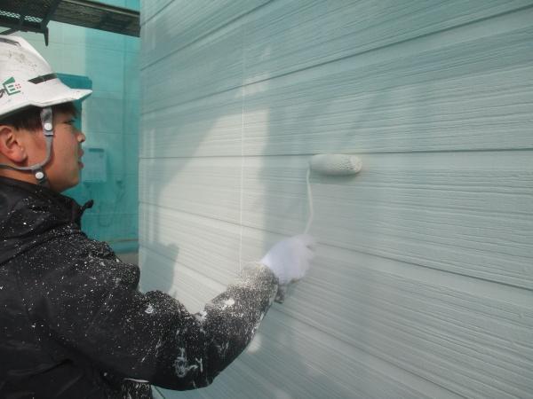 外壁中塗りローラ-塗装中です
