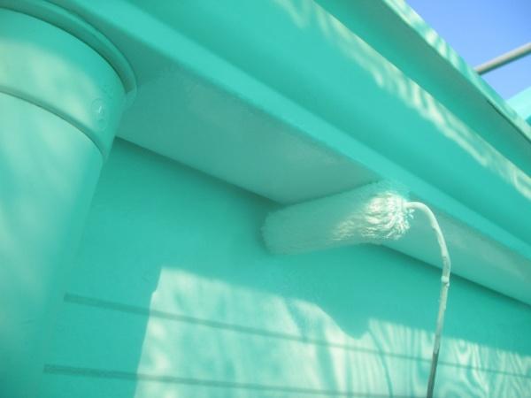 軒樋のローラー塗装中です