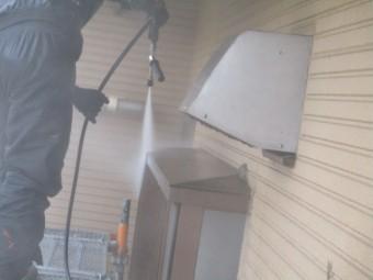 出窓の屋根の洗浄中です
