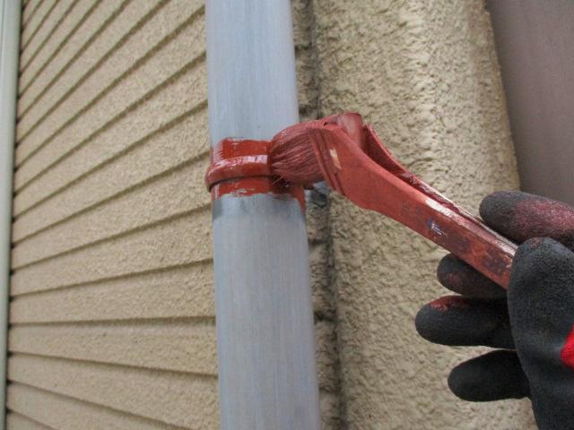 縦樋の金具をさび止め塗装しました