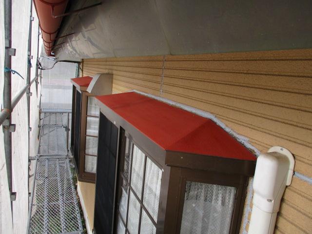 出窓の屋根のさび止め塗装が終了しました