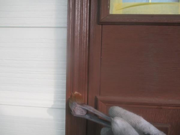 玄関ドアの1回目塗装中です