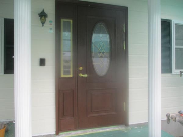 玄関ドアの1回目塗装終了です
