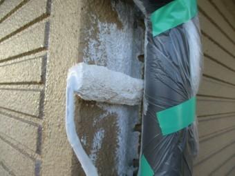 樋裏をミニローラーで塗装中です