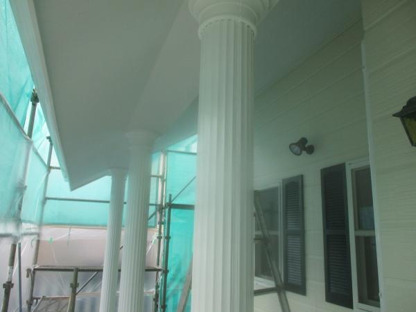 玄関化粧柱の上塗りが終了しました