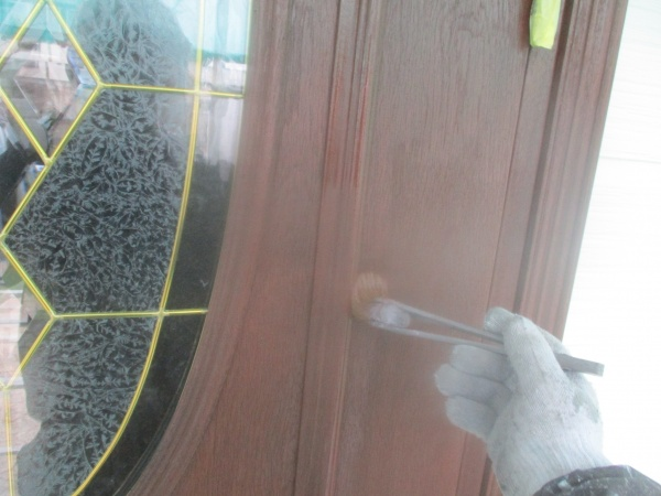 玄関ドアの2回目塗装中です