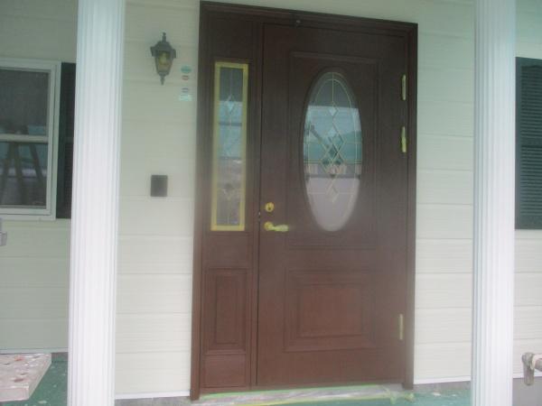 玄関ドアの2回目塗装終了です