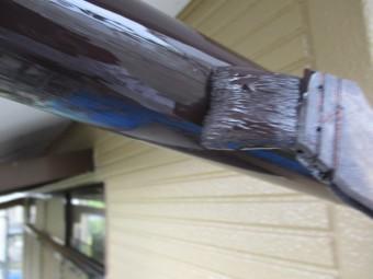 縦樋の上塗り塗装中です
