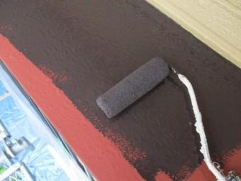出窓屋根のローラー塗装中です