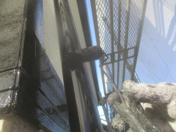 竪樋の上塗りローラー塗装中です