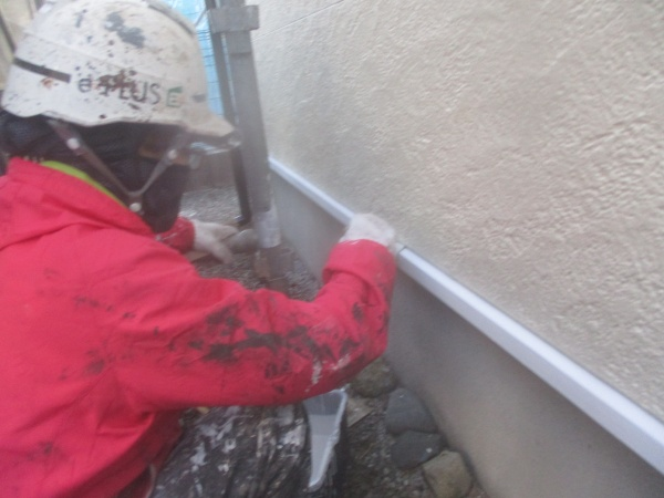土台水切りの上塗り中です