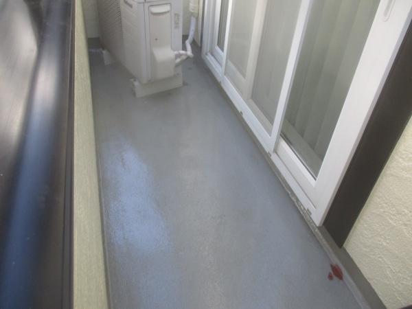 ベランダ床の下塗り中です