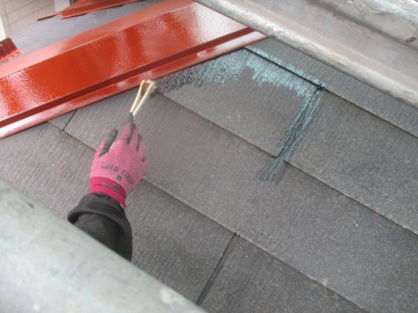 1階屋根のプライマー塗装中です
