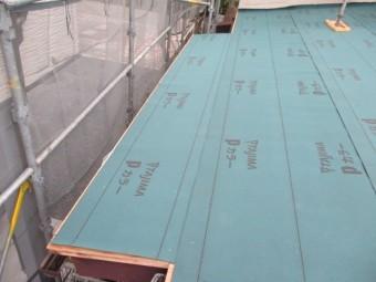 屋根の形状に合わせてルーフィングを貼っていきます
