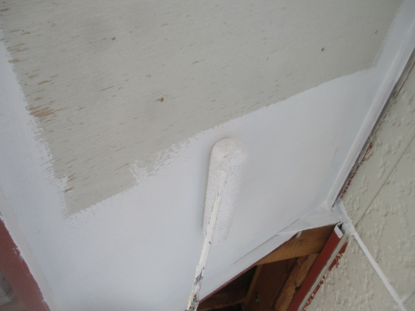 軒天のローラー塗装中です