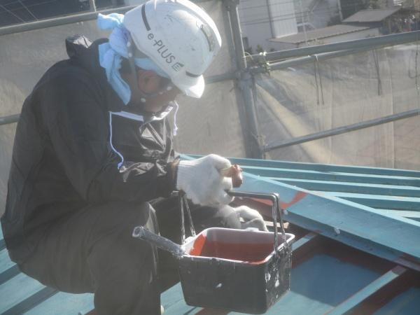 大屋根の下塗り刷毛塗装中です