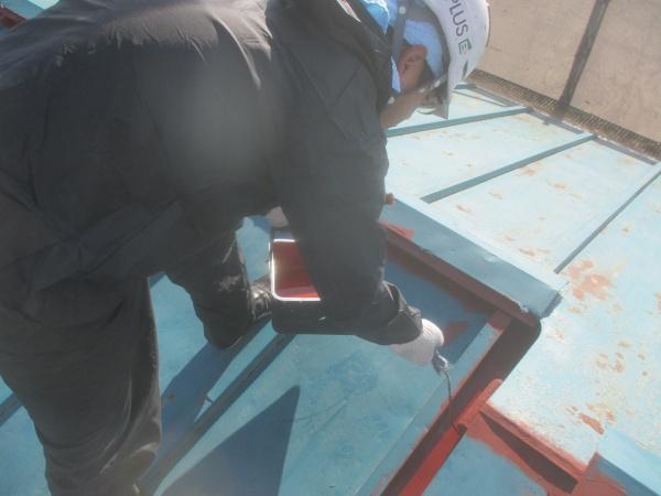 大屋根の下塗りローラー塗装中です