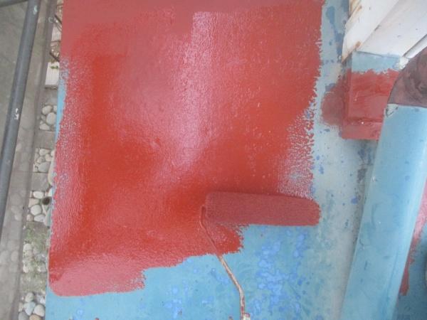 下屋根の錆どめ塗装中です