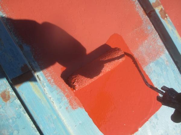 板金屋根の錆止めローラー塗装中です