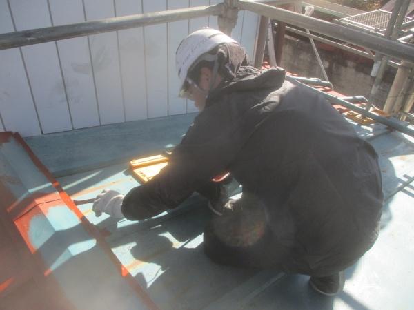 板金屋根の下塗り刷毛塗装中です