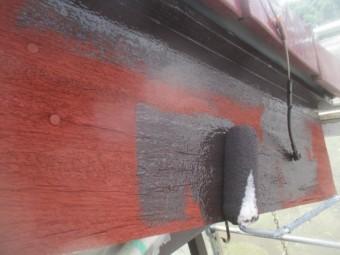 破風板のローラー塗装中です