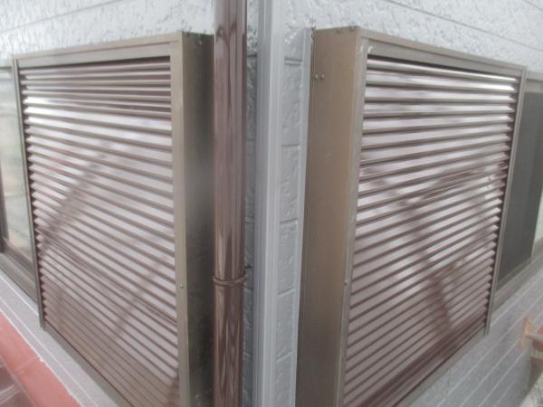 2階の雨戸の吹きつ付け塗装が終了しました